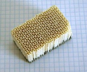 Papierdünner Wabenkörper, einseitig katalytisch beschichtet.