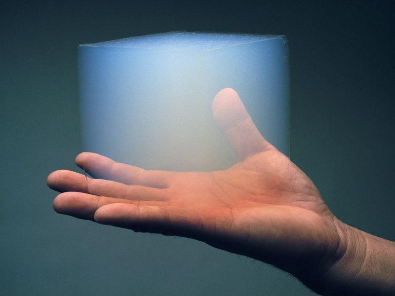 Ein Block Aerogel auf einer Hand